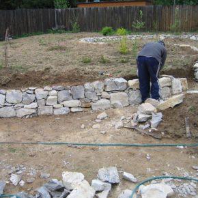 Подпорная стенка своими руками: использование в ландшафтном дизайне, особенности выбора конструкции и варианты оформления (105 фото)